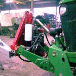 Yksikkö traktorin etunostolaitteessa