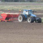 Traktori ja kylvökone